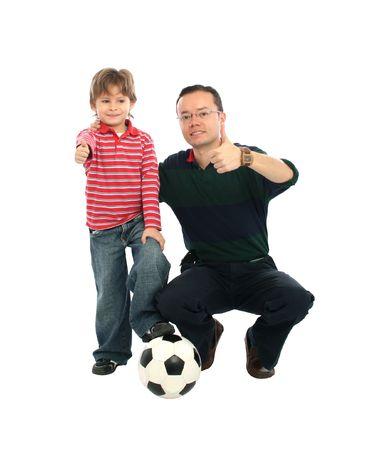 jugando futbol: Padre feliz jugando al f�tbol con su hijo