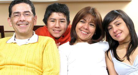 ni�os latinos: Familia de belleza sentado en la sala de estar sonriendo  Foto de archivo