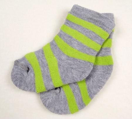 Chaussettes tout-petits verts sur fond blanc