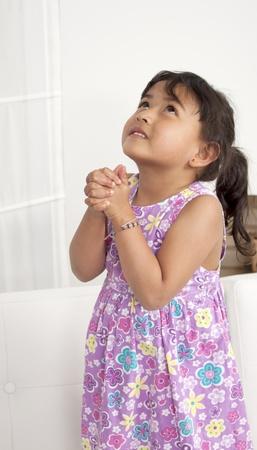 mani unite: Mani in preghiera con aura divina