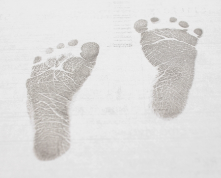pied fille: B�b�  enfant de petits pas - des ic�nes noires sur fond blanc