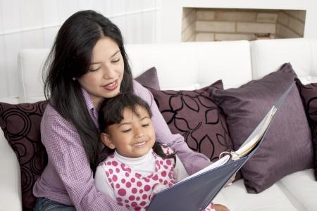 madre soltera: Madre e hijo que estudia en el hogar