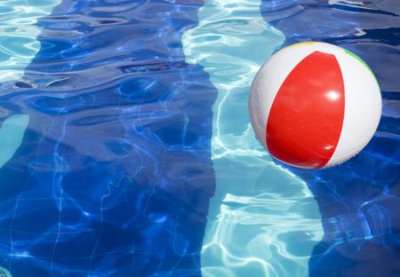 漂浮在游泳池摘要概念的海滩球暑假的概念。