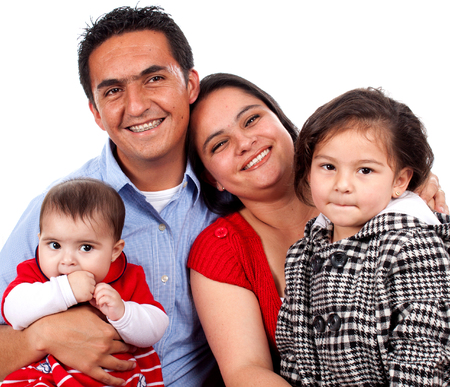Belle jeune famille heureuse sur fond blanc.