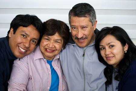 Familia feliz aislada en el fondo de la casa.
