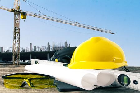 ingeniero civil: archivo de casco de seguridad y la planta arquitecto en mesa de madera Foto de archivo