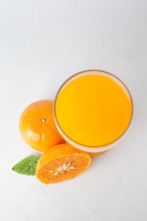 non alcoholic: Orange juice and slices of orange isolated on white