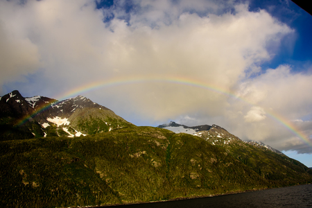 rainbow over the mountains of the inside passage Imagens