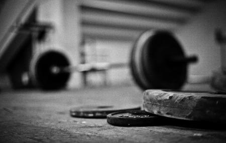 levantamiento de pesas: discos y barbos de levantamiento de pesas Foto de archivo