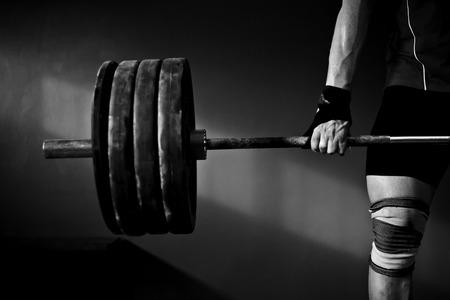 pesas: Hombre de levantamiento de pesas practicar