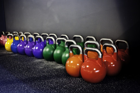 Muscle training: Kettlebells in einem Fitness-Studio crossfit