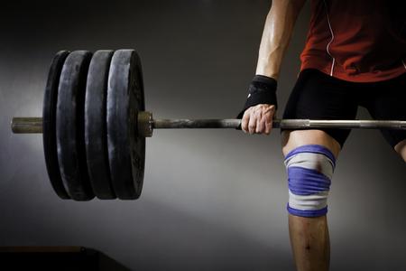 levantamiento de pesas: Hombre que practica el levantamiento de pesas II