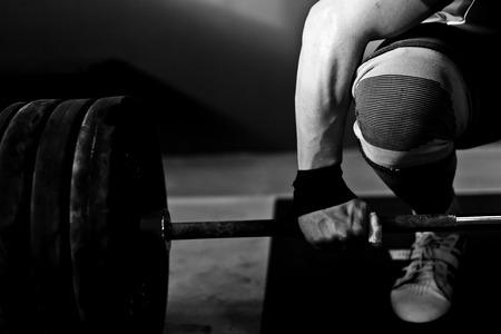 levantamiento de pesas: Hombre de levantamiento de pesas practicar V