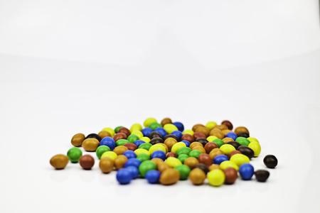 여러 가지 빛깔의 사탕 땅콩