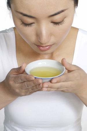 medicina tradicional china: Mujer que huele la medicina tradicional china