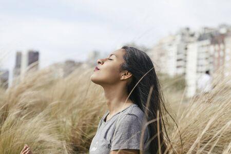 Bolivianisches Mädchen, das auf Hochweiden meditiert Standard-Bild