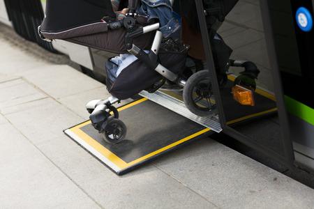 motor de carro: Rampa de acceso para personas con discapacidad y los beb�s en un autob�s
