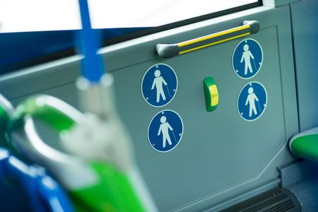 motor de carro: Lugar para las personas con discapacidad y los beb�s en un autob�s