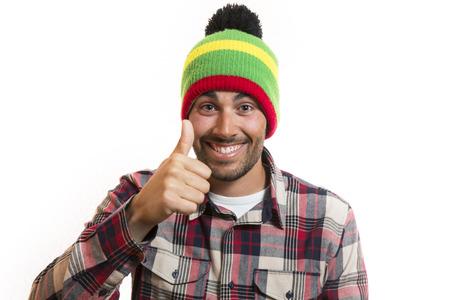 beau jeune homme: Sourire beau jeune homme avec bonnet de laine disant OK