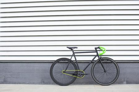 fixed: Bicicleta Fixie en el fondo urbano. Bicicleta fija. Foto de archivo