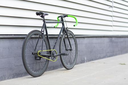 clavados: Bicicleta Fixie en el fondo urbano. Bicicleta fija. Foto de archivo