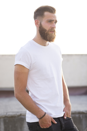 Bearded man posing in the street. Standard-Bild