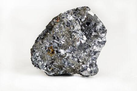 Das Mineral Galena auf weißem Grund
