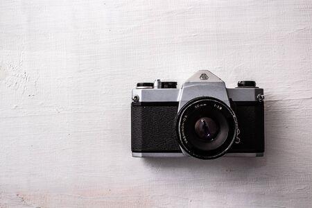vieil appareil photo sur fond blanc Banque d'images
