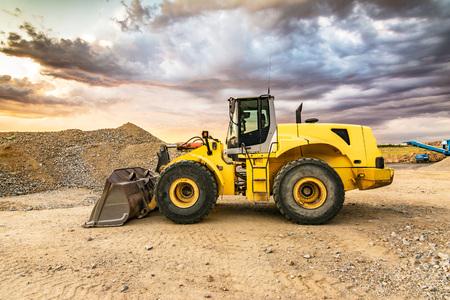 Movimiento de tierras con excavadora para la construcción de una carretera. Foto de archivo
