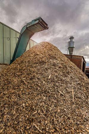 Zerkleinerungsmaschine aus Holz und Holz zur Verarbeitung von Abfällen und zur Umwandlung in Pellets als Alternative zu fossilen Brennstoffen Standard-Bild