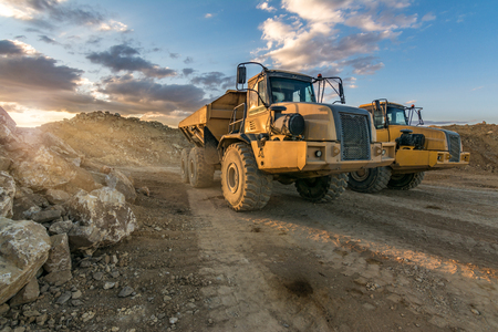 Large trucks in an open pit mine Imagens