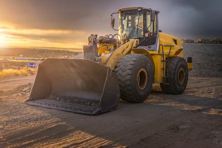 Excavadora en las obras de ampliación de la carretera de circunvalación de Segovia en España