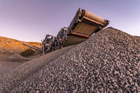 Bande transporteuse mécanique pour pulvériser la roche et la pierre et générer du gravier