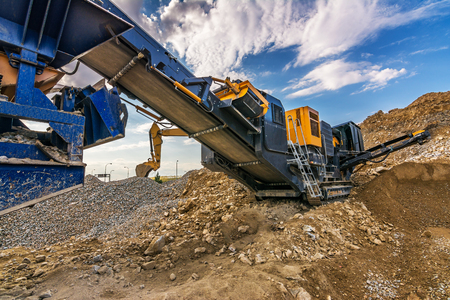 Bande transporteuse mécanique pour pulvériser la roche et la pierre et générer du gravier Banque d'images