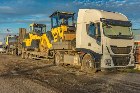 Straßentransport von Schwermaschinen in großen Lastkraftwagen