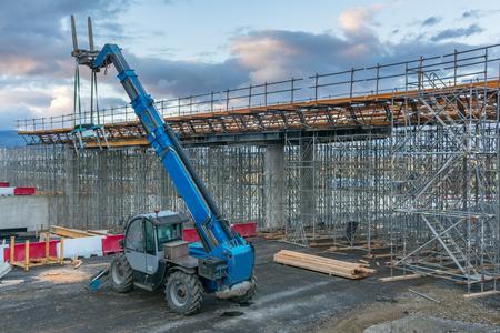 Montacargas en la construcción de un paso elevado.