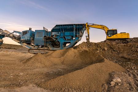 Mine terrestre avec des machines pour le traitement de la pierre et du sable et le traitement du gravier