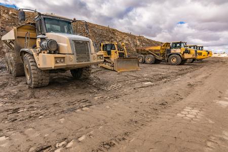 Flotte de camions et une pelle sur un chantier de construction