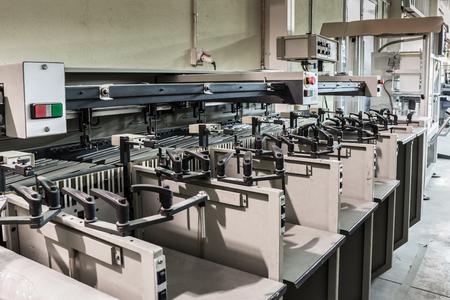 Paper sheet sorting machine in a printing press Foto de archivo
