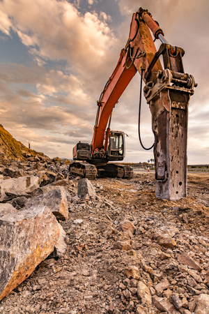 Hydraulic hammer in the works of construction and expansion of a road
