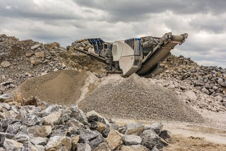 Mechanical conveyor belt to pulverize rock and stone and generate gravel