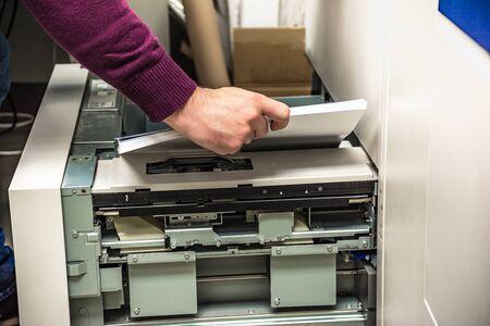 Remplissage de papier dans une imprimante numérique