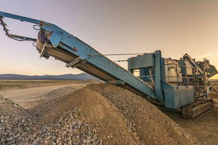 Concasseur de pierres dans une carrière ou une mine à ciel ouvert, à transformer en gravier