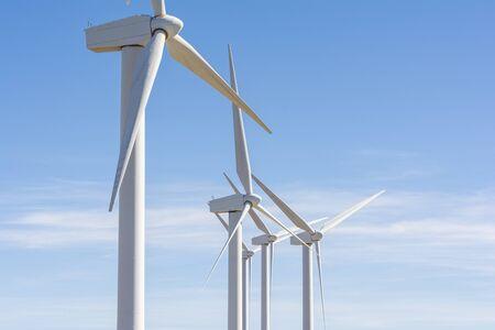 Détail de plusieurs têtes de moulins à vent