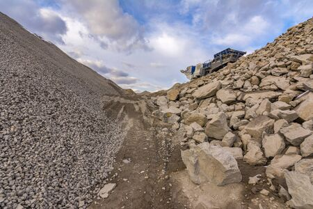Mechanical conveyor belt to pulverize rock and stone and generate gravel Banque d'images