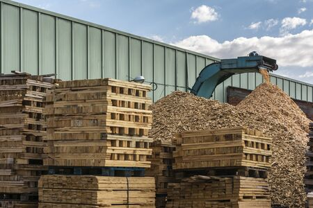 Pallet recycling sawmill for transformation into pellet fuel