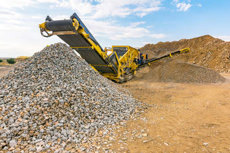 Heavy machinery for processing rock and stone in a quarry Standard-Bild