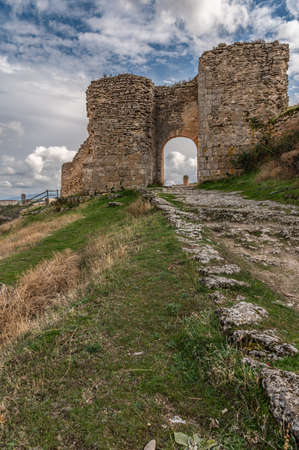 Ancient ruins of the medieval wall gate of Sepúlveda in the province of Segovia (Spain) Imagens