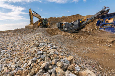 Excavator and machine to pulverize stone in a quarry Imagens