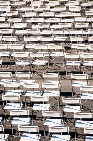 conjunto de sillas blancas plegables desordenadas